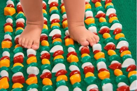 Різновиди масажних килимків для здорових дитячих стоп